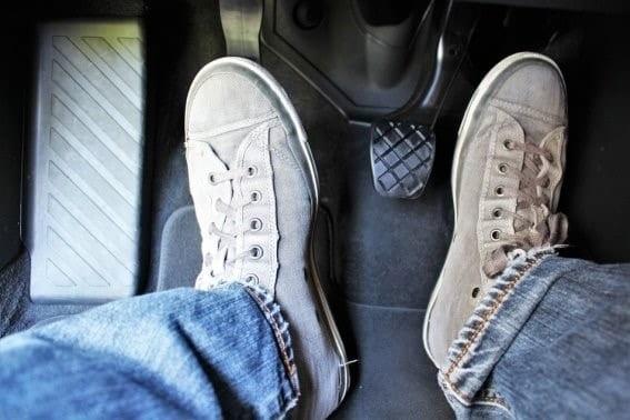 apoyar embrague mientras se conduce